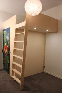 Loftsäng med walk-in-closet
